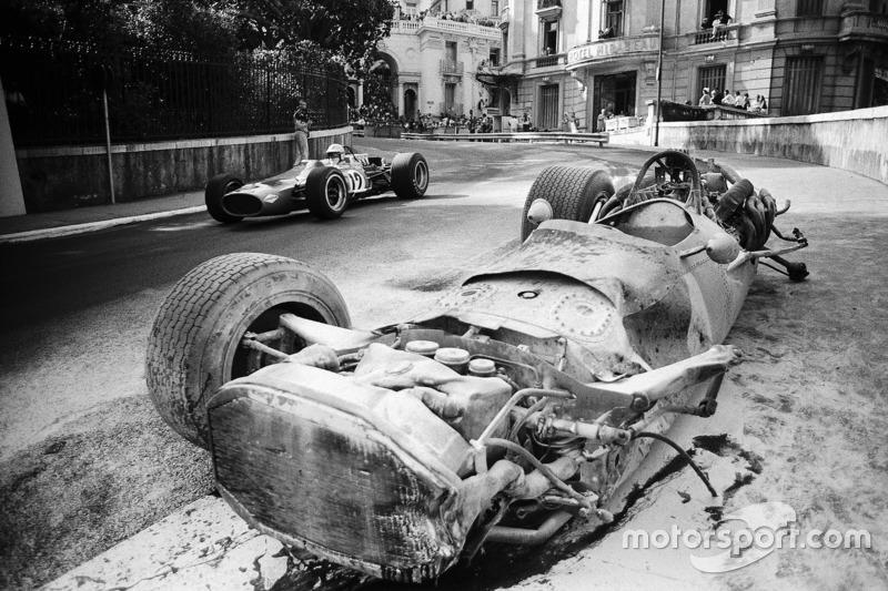 Denny Hulme, McLaren-Cosworth M7A ve Pedro Rodriguez'in kazalı BRM P133'ü