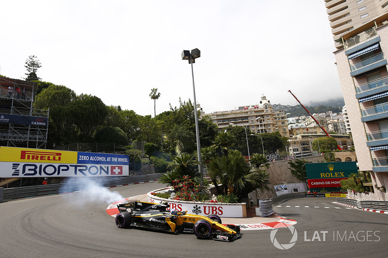 Smoke from the back of Jolyon Palmer, Renault Sport F1 Team RS17