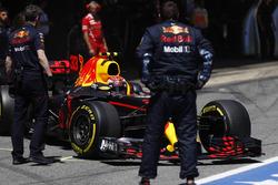 Max Verstappen, Red Bull Racing RB13, sale del garaje de Red Bull