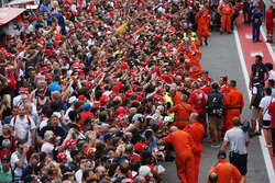 Sebastian Vettel, Ferrari, gibt Autogramme