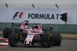 Esteban Ocon, Force India VJM10, devance Sergio Perez, Force India VJM10
