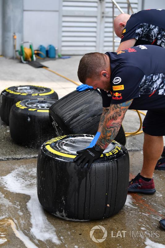 Механіки Red Bull Racing із шинами Pirelli
