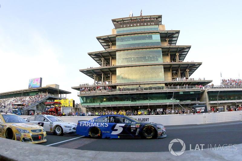 Kasey Kahne, Hendrick Motorsports Chevrolet, Brad Keselowski, Team Penske Ford restart