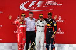 Sebastian Vettel, Ferrari, Valtteri Bottas, Mercedes AMG F1, Daniel Ricciardo, Red Bull Racing celebran en el podium.