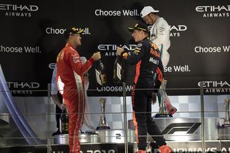 Sebastian Vettel, Ferrari e Max Verstappen, Red Bull Racing, festeggiano sul podio con l'acqua di rose