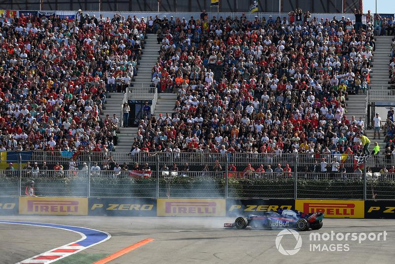 Brendon Hartley, Scuderia Toro Rosso STR13 hace un trompo