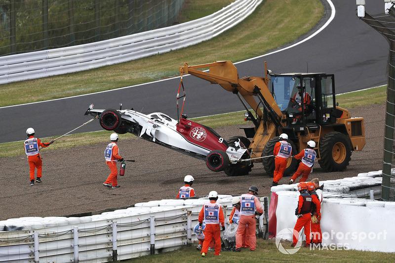 La monoposto incidentata diMarcus Ericsson, Sauber C37, viene recuperata in Q1