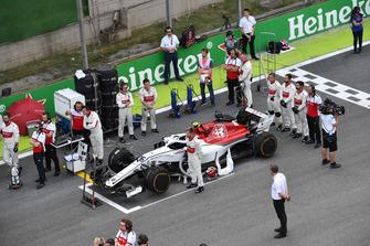Alfa Romeo Sauber durante l'inno nazionale, in griglia di partenza