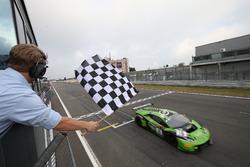 Bandera a cuadros para #16 GRT Grasser Racing Team, Lamborghini Huracan GT3: Rolf Ineichen, Christia