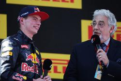 Carrera ganador Max Verstappen, Red Bull Racing en el podio con Plácido Domingo, cantante de ópera