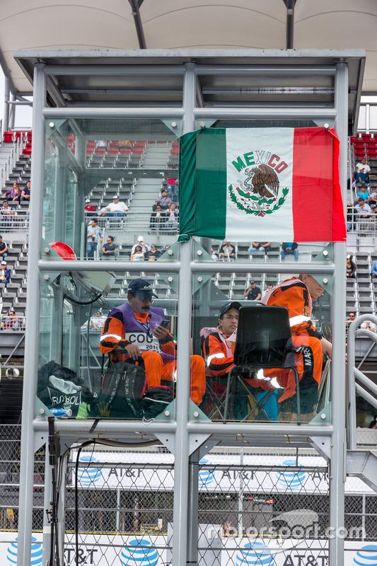 Commissari di pista con la bandiera messicana