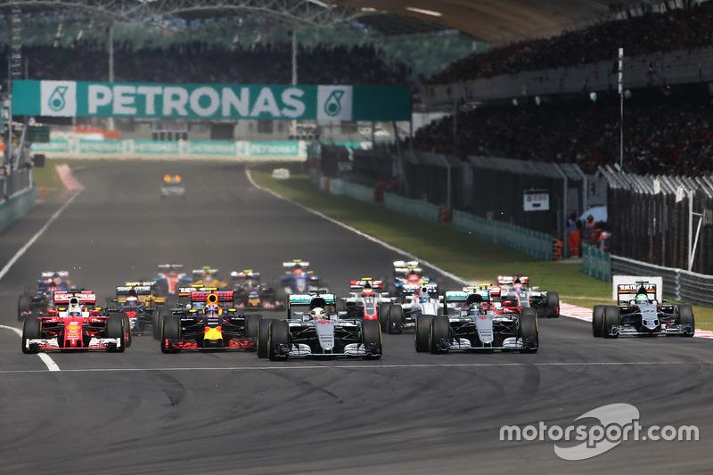 Start: Polesitter Hamilton führt, während Sebastian Vettel ganz innen ...