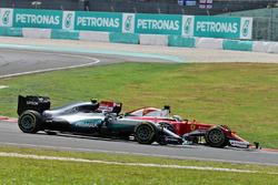 Nico Rosberg, Mercedes AMG F1 W07 Hybrid y Sebastian Vettel, Ferrari SF16-H al comienzo de la carrer