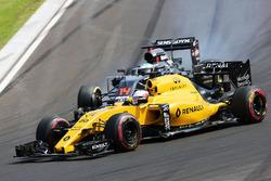 Kevin Magnussen, Renault Sport F1 Team RS16 y Fernando Alonso, McLaren MP4-31 batalla por la posició