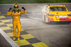 Kyle Busch, Joe Gibbs Racing Toyota, ganador