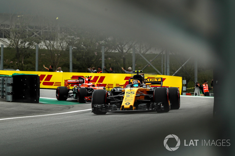 Carlos Sainz Jr., Renault Sport F1 Team RS17 y Stoffel Vandoorne, McLaren MCL32