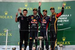 Remi Taffin, directeur des opérations en piste Renault Sport F1, Mark Webber, Red Bull Racing, le vainqueur Sebastian Vettel, Red Bull Racing et Romain Grosjean, Lotus F1 sur le podium