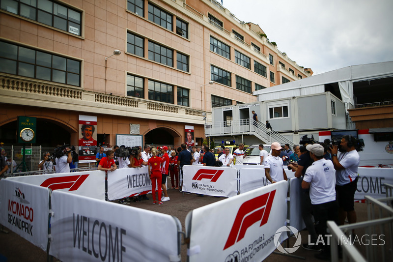 Lewis Hamilton, Mercedes AMG F1, et Sebastian Vettel, Ferrari, avec les médias