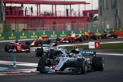 Valtteri Bottas, Mercedes AMG F1 W08, Lewis Hamilton, Mercedes AMG F1 W08, Sebastian Vettel, Ferrari SF70H, Daniel Ricciardo, Red Bull Racing RB13, the rest of the field at the start