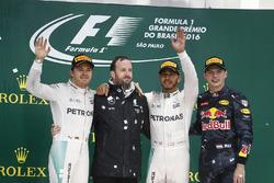 Podium : le second Nico Rosberg, Mercedes AMG, Bradley Lord, responsable communication, Mercedes AMG F1, le vainqueur Lewis Hamilton, Mercedes AMG, et le troisième Max Verstappen, Red Bull Racing