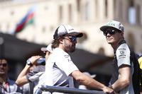 Фернандо Алонсо, McLaren, и Нико Хюлькенберг, Force India