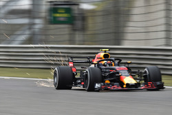 Daniel Ricciardo, Red Bull Racing RB14, fait des étincelles