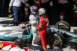 Le vainqueur Sebastian Vettel, Ferrari dans le parc fermé avec Valtteri Bottas, Mercedes AMG F1