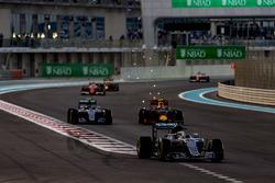 Lewis Hamilton, Mercedes F1 W07 Hybrid, Nico Rosberg, Mercedes F1 W07 Hybrid, y Max Verstappen, Red