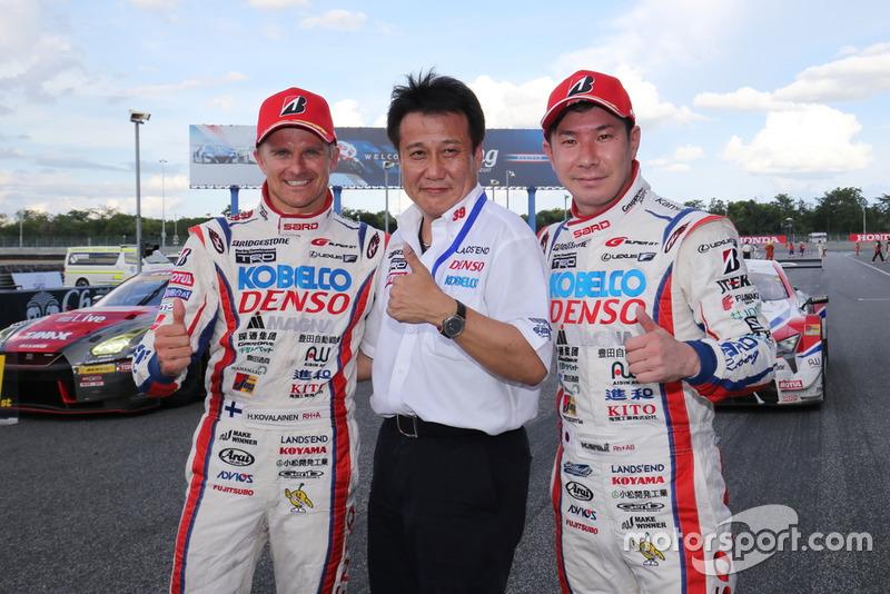 Pemenang Super GT Buriram, Heikki Kovalainen (paling kiri), Kamui Kobayashi (paling kanan), bersama manager Katsuyuki Sato (tengah)