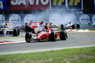 Jean Alesi, Ferrari F93A ve spin atan Ayrton Senna, McLaren MP4-8, ve Damon Hill, Williams FW15C