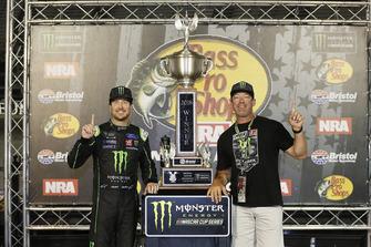 Kurt Busch, Stewart-Haas Racing, Ford Fusion Monster Energy / Haas Automation celebra en Victory Lane