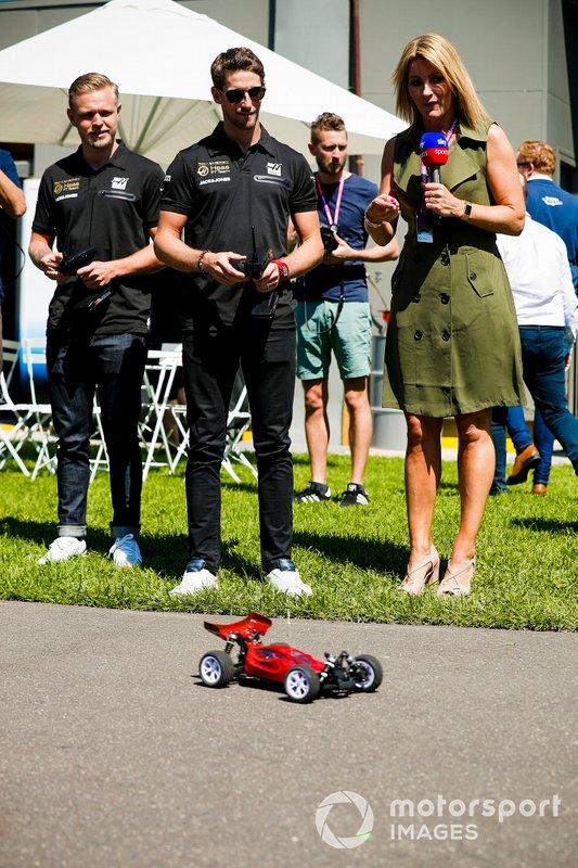 Romain Grosjean, Haas F1 Team e Kevin Magnussen, Haas F1 Team e Rachel Brookes, Sky Tv