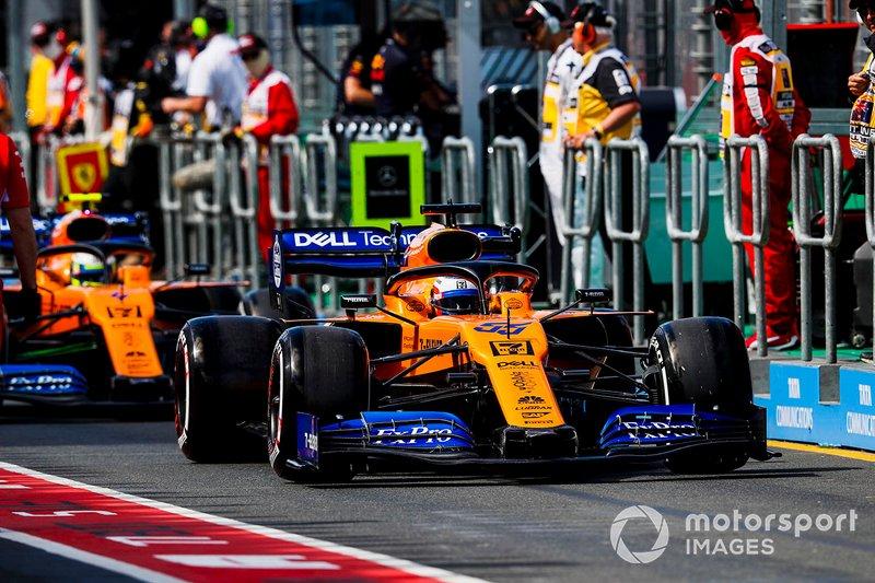 Carlos Sainz Jr., McLaren MCL34, devant Lando Norris, McLaren MCL34, dans la voie des stands