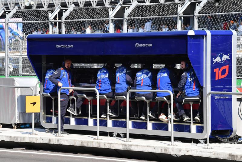 Muretto box della Scuderia Toro Rosso