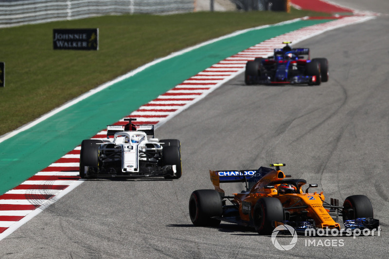 Stoffel Vandoorne, McLaren MCL33, precede Marcus Ericsson, Sauber C37, e Pierre Gasly, Scuderia Toro Rosso STR13