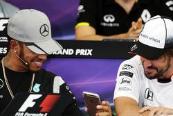 (L n. R): Lewis Hamilton, Mercedes AMG F1 und Fernando Alonso, McLaren in der FIA Pressekonferenz