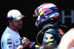 Переможець гонки Макс Ферстаппен (Red Bull Racing) святкує в закритому парку разом з Фернандо Алонсо (McLaren)