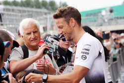 Jenson Button, McLaren firma de autógrafos para los fans