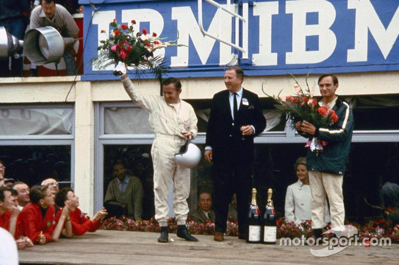 De izquierda: Henry Ford II, Bruce McLaren y Chris Amon en el podio de la victoria después de las 24 horas de Le Mans en 1966
