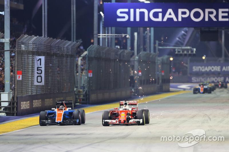 Sebastian Vettel, Ferrari SF16-H e Pascal Wehrlein, Manor Racing MRT05 lottano per la posizione