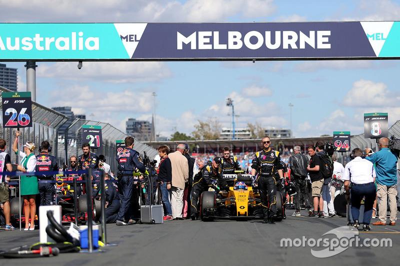 Jolyon Palmer, Renault Sport F1 Team RS16 on the starting grid