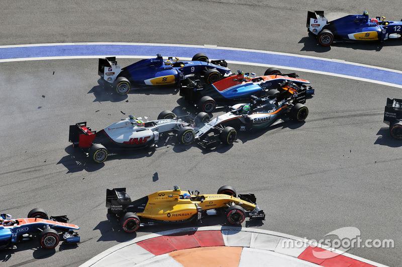Arrancada choque con Marcus Ericsson, Sauber C35, Rio Haryanto, Manor Racing MRT05, Esteban Gutiérrez, Haas F1 Team VF-16 y Nico Hulkenberg, Sahara Force India F1 VJM09