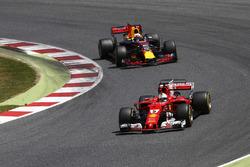 Sebastian Vettel, Ferrari SF70H, Daniel Ricciardo, Red Bull Racing RB13