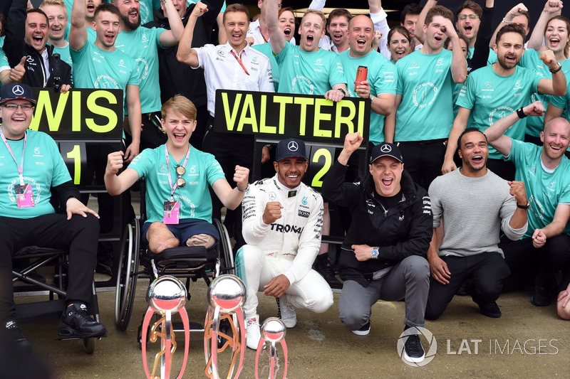 Льюіс Хемілтон, Mercedes AMG F1, Нік Хемілтон, Валттері Боттас, Mercedes AMG F1, Біллі Монгер із командою