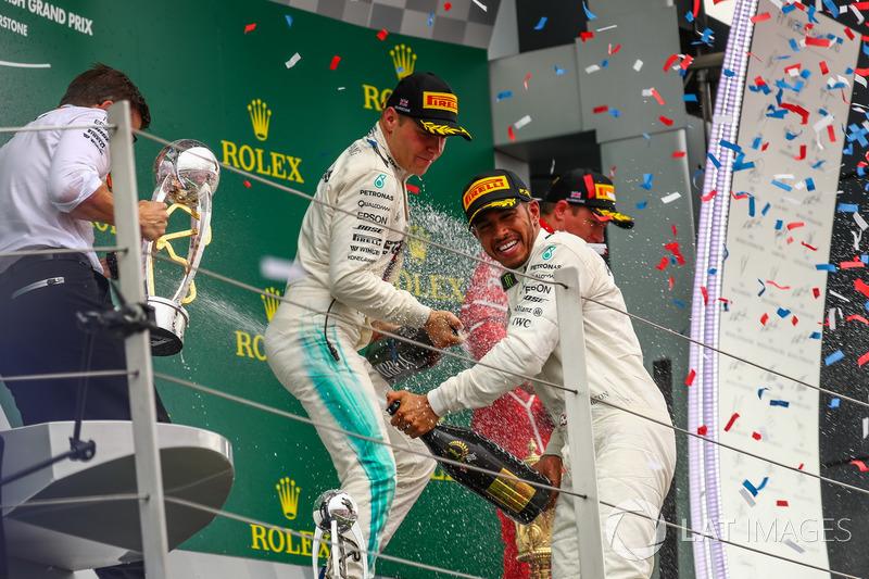 Podio: Ganador de la carrera Lewis Hamilton, Mercedes AMG F1 y Valtteri Bottas, Mercedes AMG F1 cele