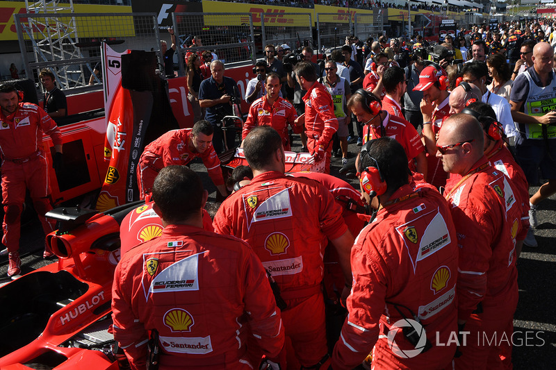 Ferrari mechanics observe the car of Sebastian Vettel, Ferrari SF70H, technical issues