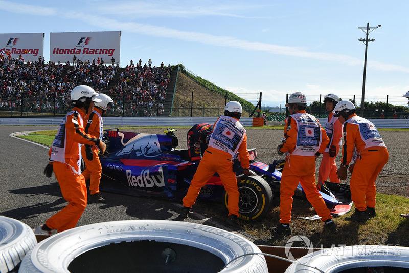 Marshals and race retiree Carlos Sainz Jr., Scuderia Toro Rosso STR12