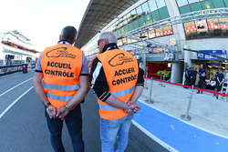 Des officiels du circuit