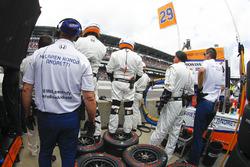 Equipo de Andretti Autosport Honda esperar parada en boxes de Fernando Alonso