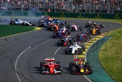 Kimi Raikkonen, Ferrari SF70H et Max Verstappen, Red Bull Racing RB13